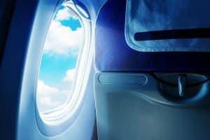 Raam in een vliegtuig bij een stoel