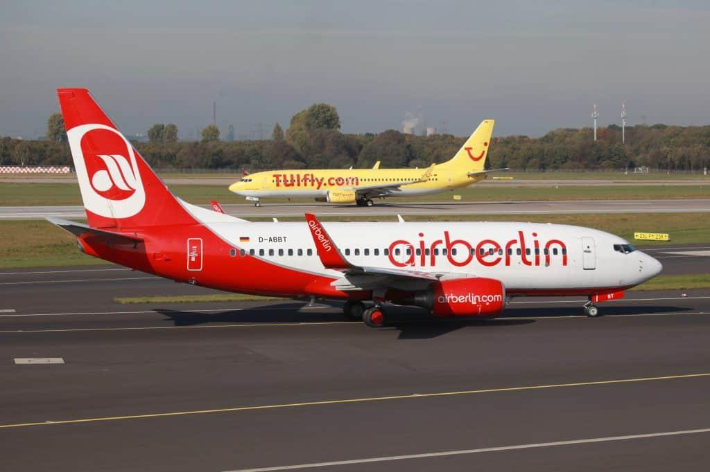 Vliegtuigen van Airberlin en TUIfly op een vliegveld in Duitsland