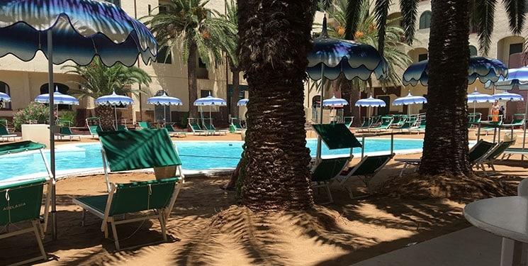 Zwembad van het Hopps hotel in Mazara del Vallo op Sicilië, Italië