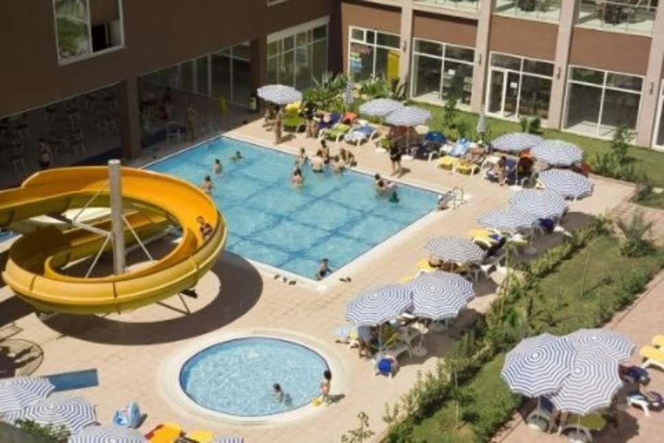 Zwembad met glijbaan van PrimaSol Telatiye Resort in Konakli, Turkije