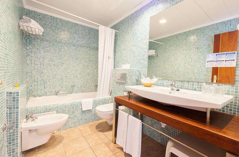 Badkamer van Hotelkamer van Sirenis Club Siesta in Santa Eulalia, Ibiza