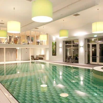 Zwembad en whirlpool van Van der Valk Hotel in Emmen