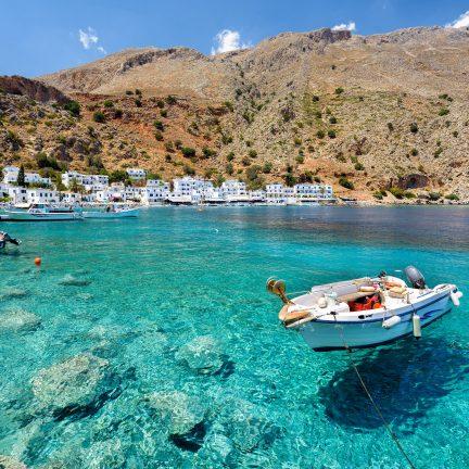 Helder water met boten op Kreta