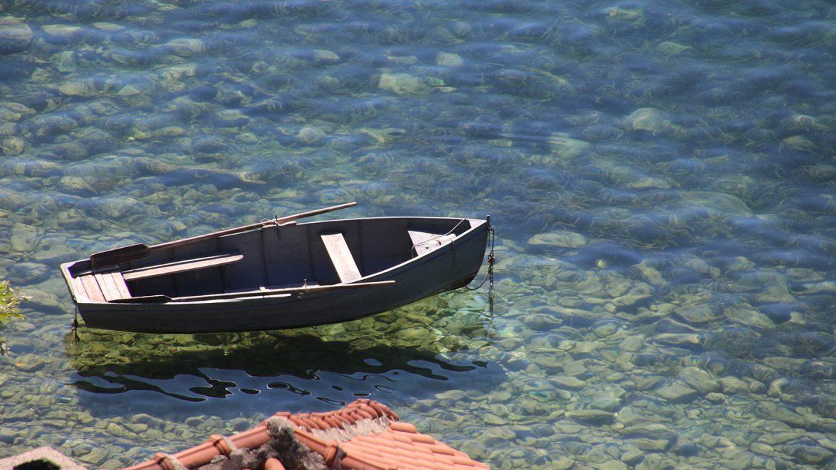 Bootje in het water van Ohrid in MAcedonie
