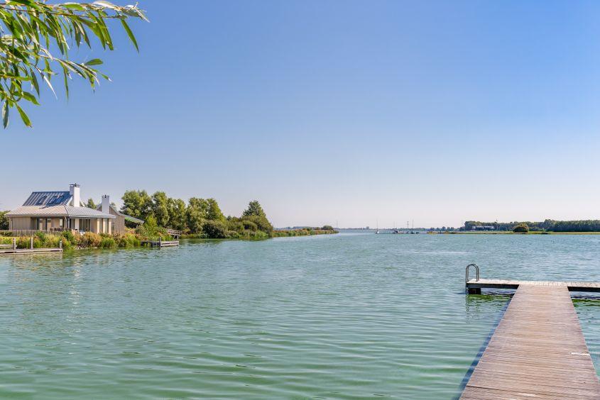 Aanlegsteiger van villa op vakantiepark Waterrijk Oesterdam in Tholen, Zeeland