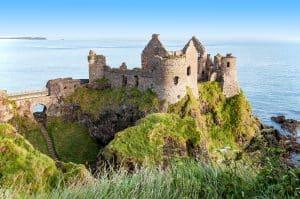 Ruines van Dunluce Castle in Noord Ierland