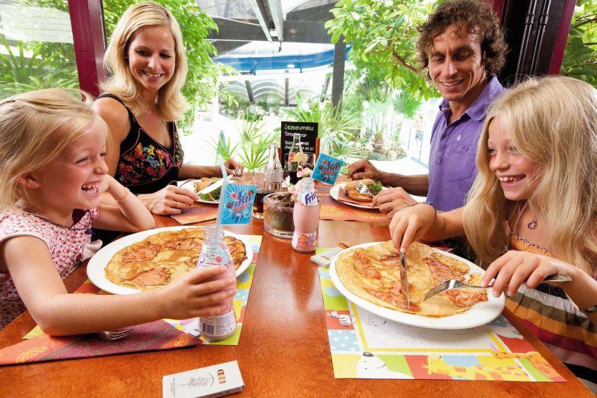Familie aan het pannenkoeken eten in Vakantiepark de Berkenhorst in Kootwijk, Gelderland