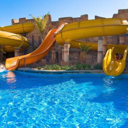 Zwembad met glijbanen van Zimbali Playa Spa in Vera, Spanje