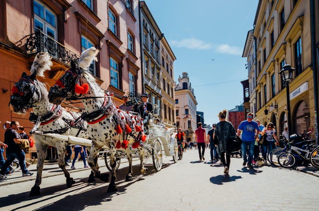 Koets met paarden door het centrum van Krakau, Polen