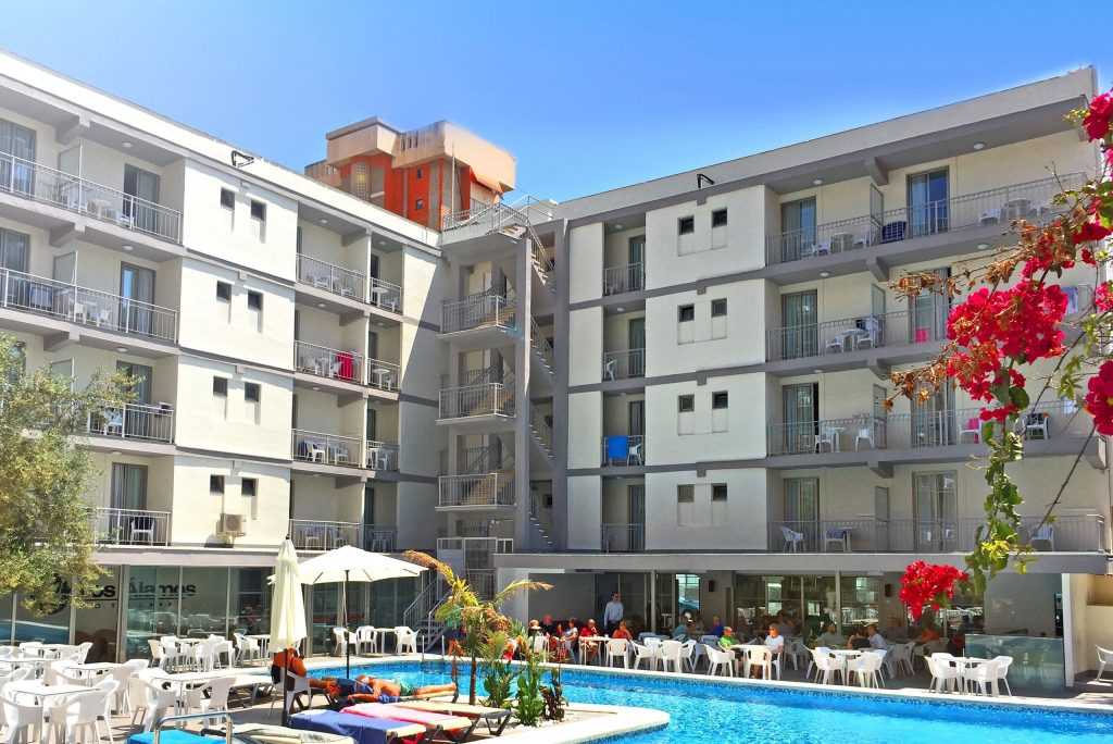 Zwembad van hotel Los Alamos in Benidorm, Spanje