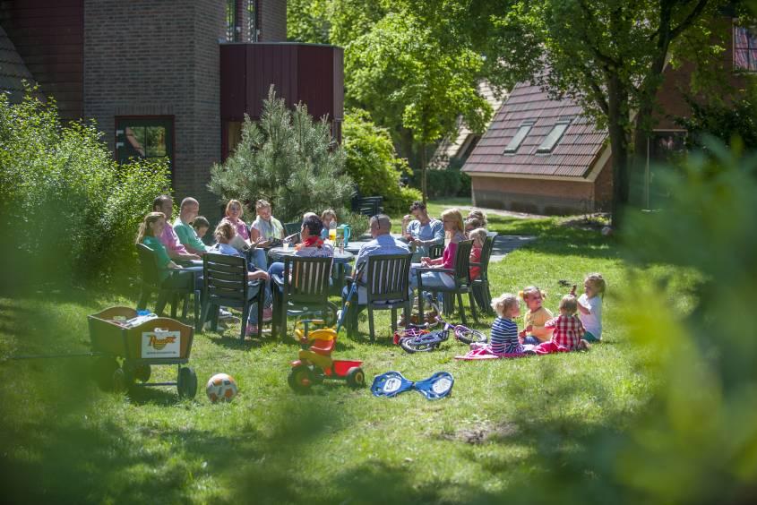 Familie in de tuin van De Katjeskelder in Oosterhout, Noord-Brabant