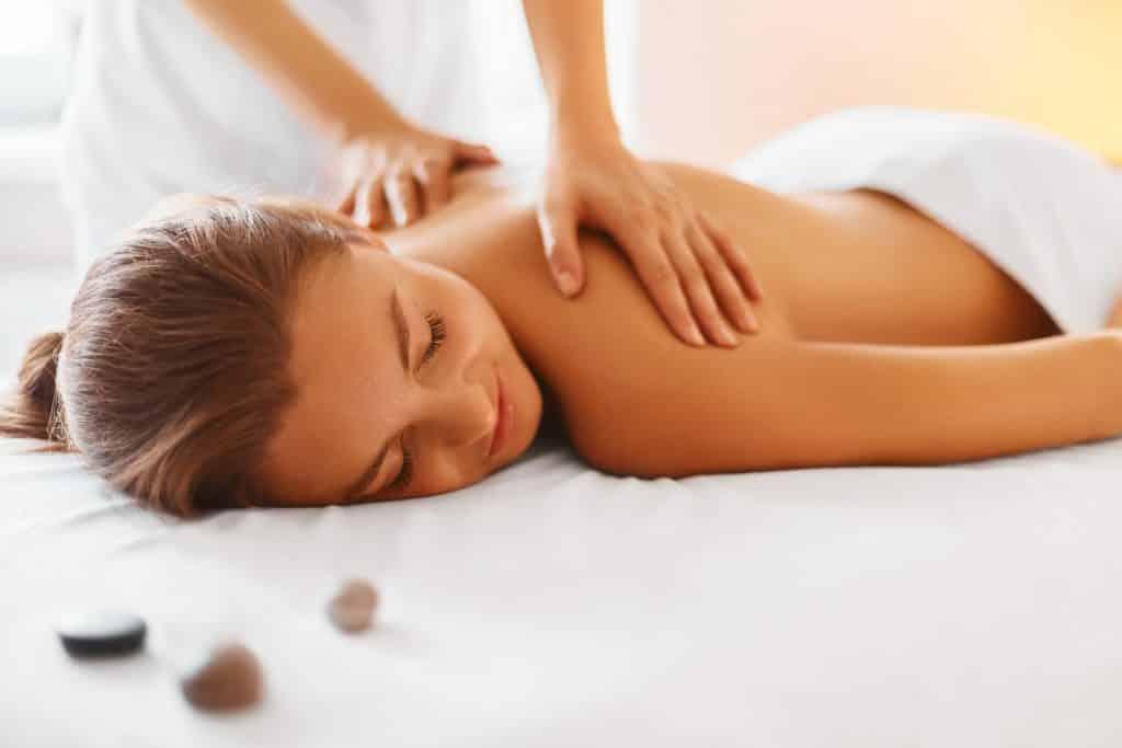 Vrouw wordt gemasseerd in een sauna of spa