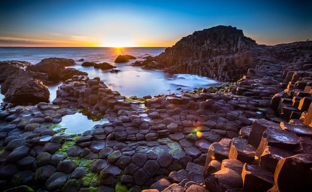 Zonsondergang over de Giants Causeway in Ierland