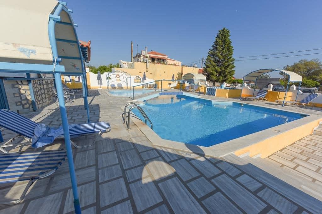 Zwembad van Pavlis Ormos appartement in Ormos, Samos