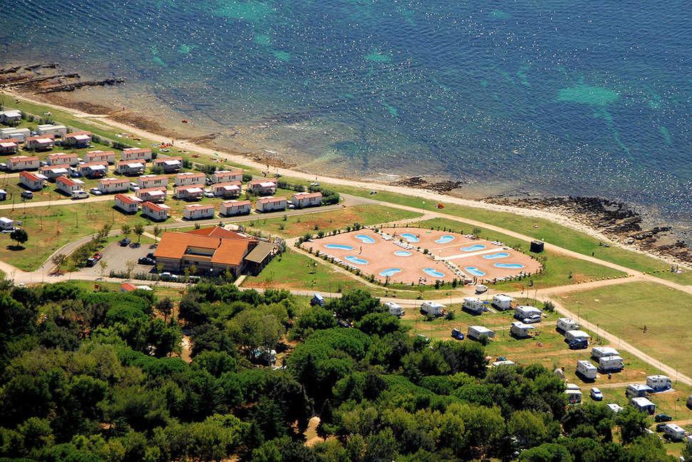 Zwembaden en strand van Camp Kazela in Medulin, Kroatië