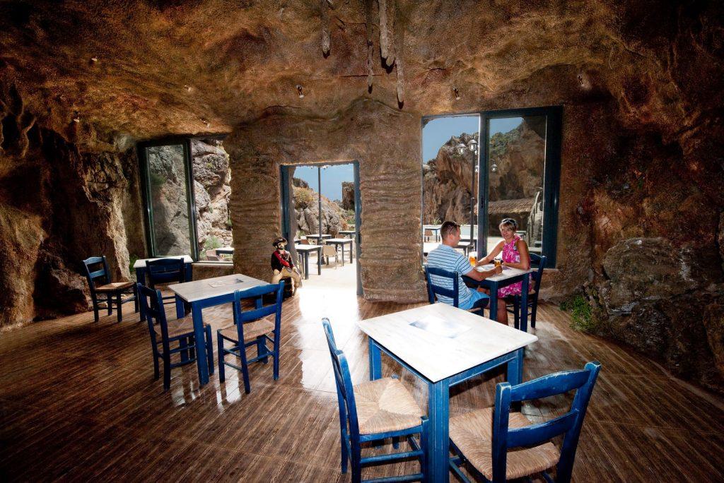 eten in een grot bij Kalypso Cretan Resort en Spa in Plakias, Kreta