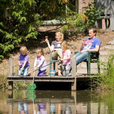 Familie aan het water in Weerterbergen in Weert, Limburg