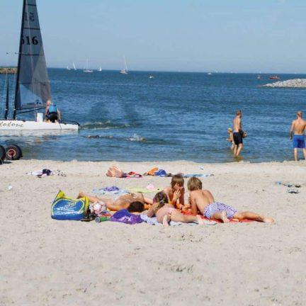 Strand van Bungalowpark Zuiderzee in Medemblik, Noord-Holland