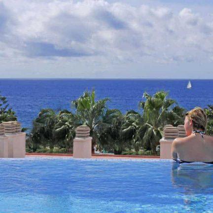 Uitzicht op zee vanuit het zwembad van Appartementen CuraSol in Puerto Rico, Gran Canaria