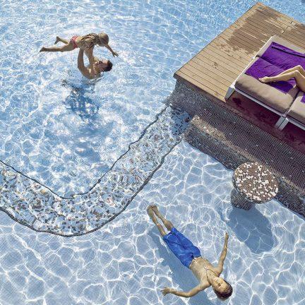 Familie in het zwembad van Hard Rock Hotel Tenerife in Playa Paraíso, Tenerife