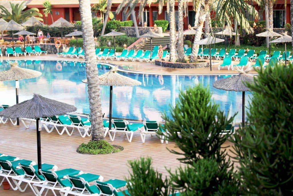 Zwembad van Oasis Village in Corralejo, Fuerteventura