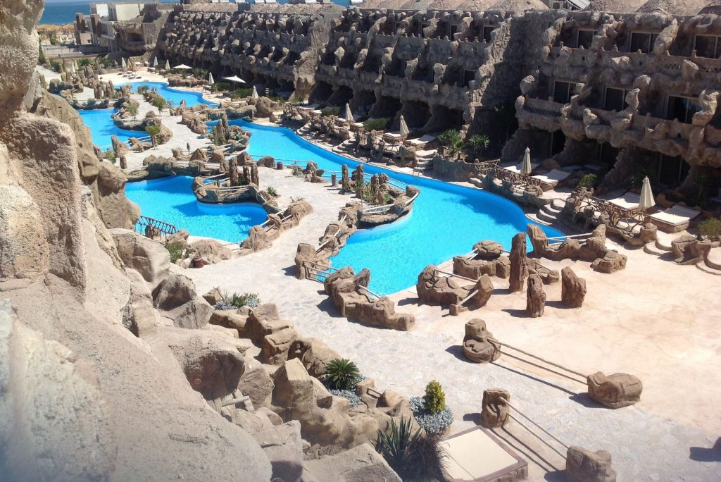 Zwembaden van Caves Beach Resort in Hurghada, Egypte