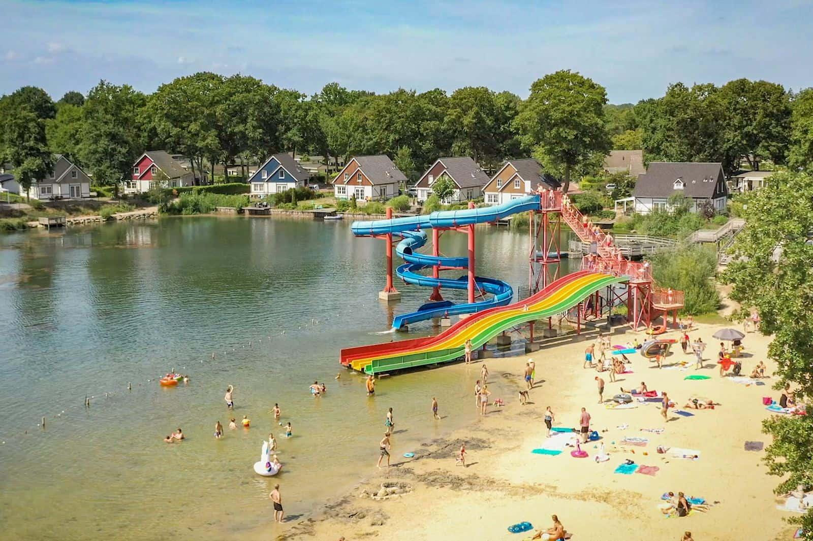 Zwemplas met speeltuin van EuroParcs Resort Limburg