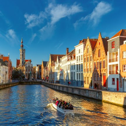 Kanaal en oude huizen in Brugge, België