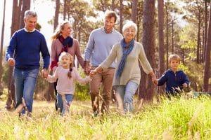 Familie met kinderen en grootouders in het bos