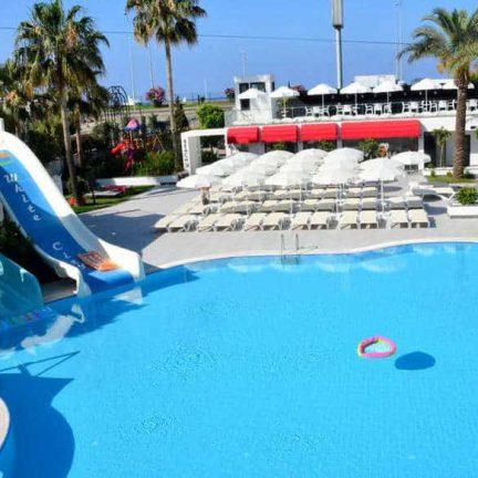 Glijbanen bij het zwembad van Smartline White City Beach in Alanya, Turkije