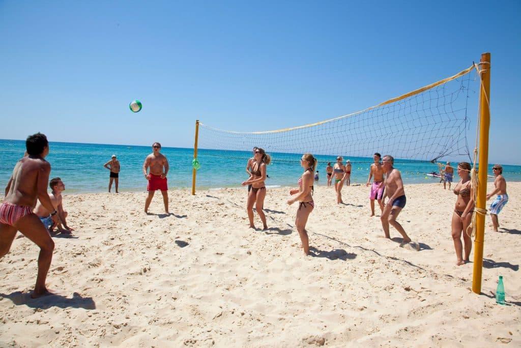Volleybal op het strand van Samira Club in Hammamet, Tunesië