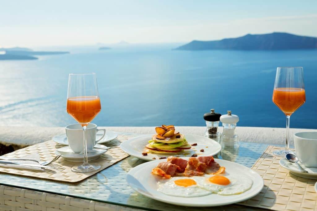 Grieks ontbijt bij de zee in Griekenland