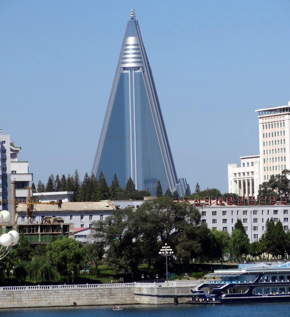 Uitzicht over het Ryugyonghotel in Pyongyang, Noord-Korea
