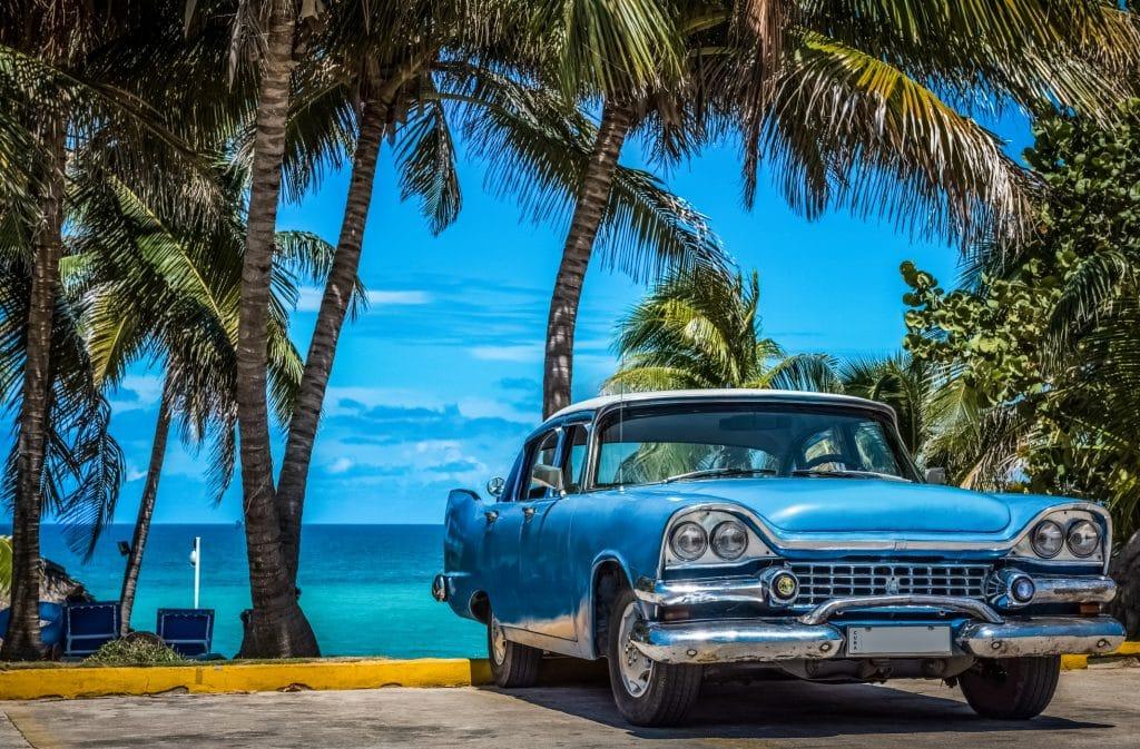 Oude auto bij het strand van Varadero in Cuba