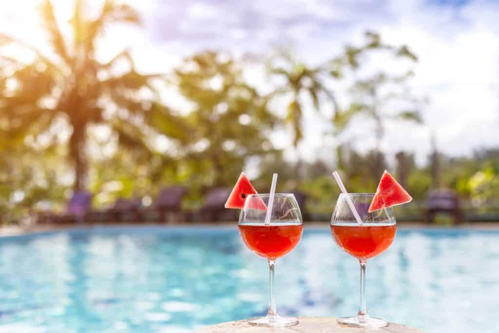 Cocktail bij het zwembad