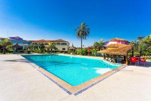 Zwembad van Hotel Djeliba in Kololi, Gambia