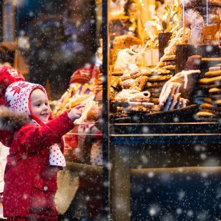 Kinderen op de kerstmarkt in Duitsland