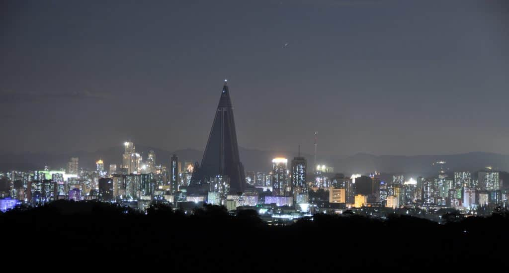 Skyline van Pyongyang in Noord-Korea bij nacht