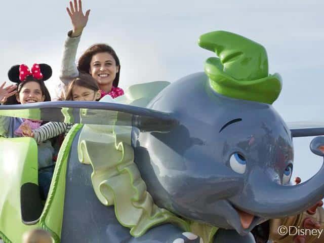 Vrouw en kinderen in attractie Dombo in Disneyland Parijs