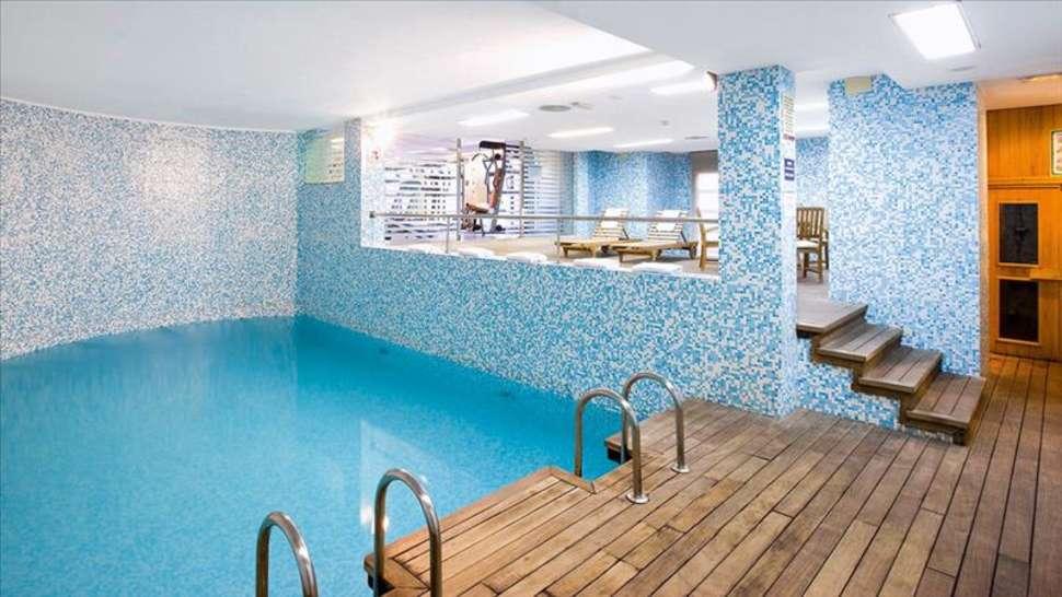Zwembad van NH Hotel Valencia Las Artes in Valencia, Spanje