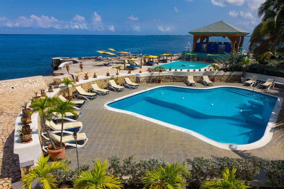 Zwembad van Samsara Cliffs hotel in Negril, Jamaica