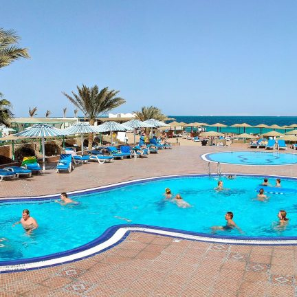Zwembaden bij The Three Corners Empire hotel in Hurghada, Egypte