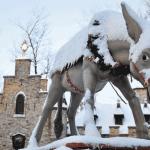 Ezel bedekt met sneeuw in de Winter Efteling in Kaatsheuvel, Brabant