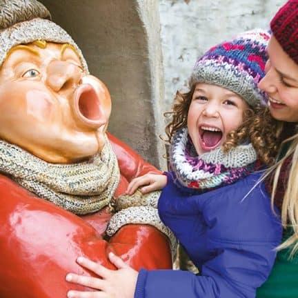 Holle Bolle Gijs in winterkleding en moeder met kind tijdens de Winter Efteling
