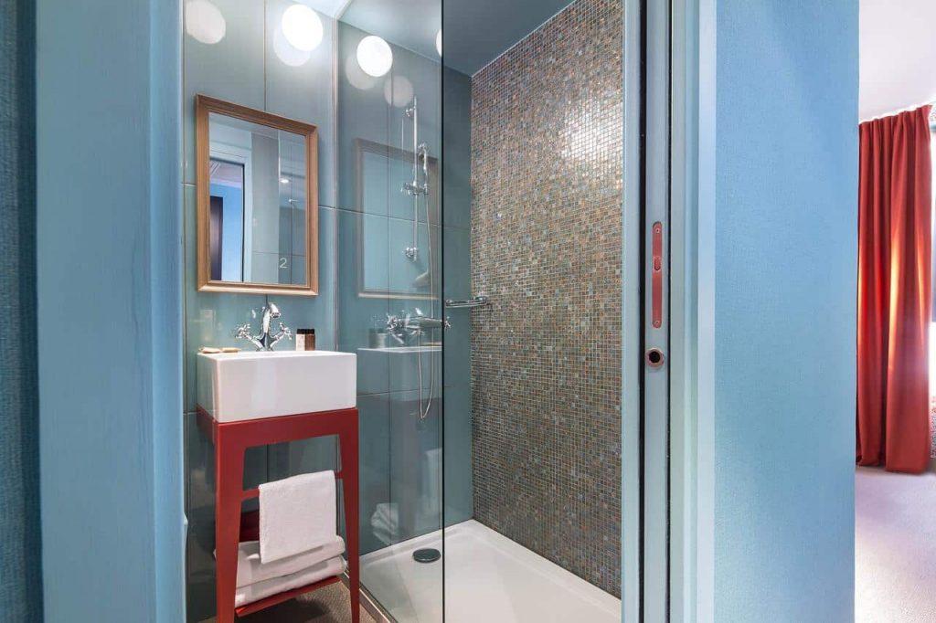 Badkamer in hotel josephine in Parijs, Frankrijk