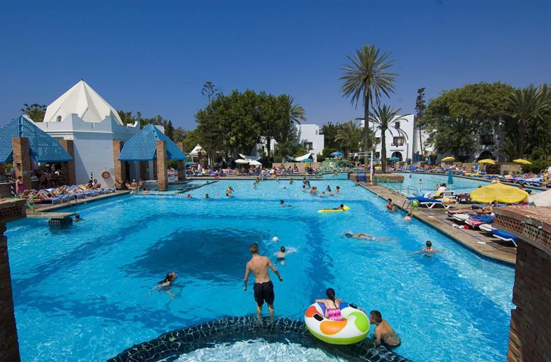 Zwembaden van hotel Pueblo Tamlelt in Agadir, Marokko