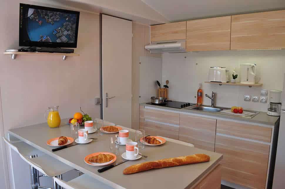 Keuken van Vakantiehuisje van Yelloh Village Domaine du Colombier in Fréjus, Frankrijk