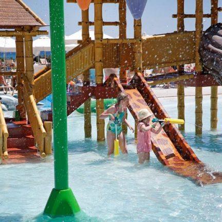 Kinderbad van Louis Phaethon Beach in Paphos, Cyprus