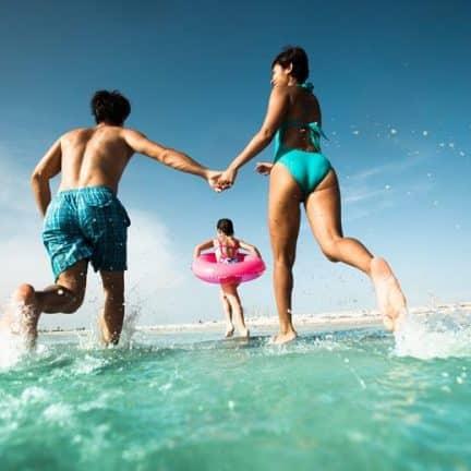 Mensen maken plezier bij H10 Ocean Suites in Corralejo, Fuerteventura