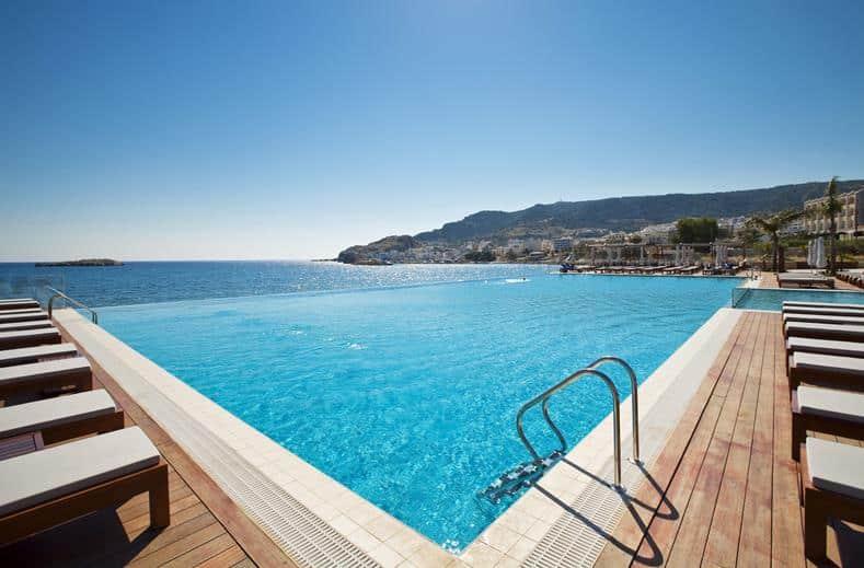 Zwembad van Alimounda Mare in Pigadia, Karpathos
